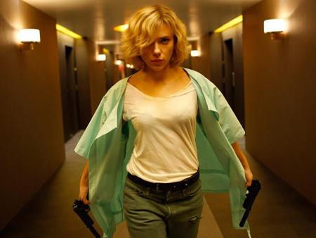 電影《露西LUCY》的故事中,史嘉莉喬韓森扮飾演的女主角因為意外吃了有如「嬰兒的核子彈」的藥CPH4而產生超能力 (圖擷自電影官網)