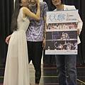 排練場裡,《天天想你》女主角潘小芬(左)向男主角蕭閎仁獻吻,慶祝他生日快樂,圖右是該音樂劇監製、知名音樂人陳建寧
