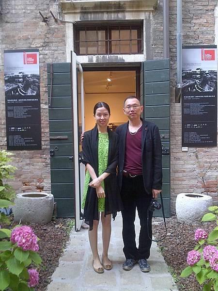 姚瑞中(右)與台北「耿藝術基金會」執行長雪莉在威尼斯建築雙年展姚瑞中展場前合影