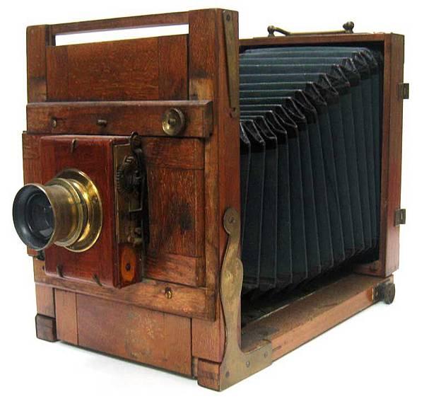 造型龐大古樸的古董相機