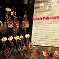 位於台北市東區靜巷的好時光藝文廚坊「文創門市」,限量展示原住民特色的吊飾,個個造型獨特,平價但值得珍藏。(攝影組)