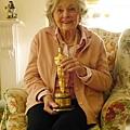 Julie Harris 與她榮獲的「最佳服裝設計」奧斯卡金像獎 (攝影 方水享)