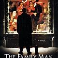 《扭轉奇蹟》的電影海報,成功男人看著櫥窗裡一家和樂的自己,就像看著遙不可及的幸福。(擷自網路)