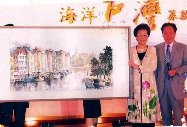《多汁報》社長尚潔梅(右)曾為呂秀蓮前副總統公益募款拍賣王南雄大師作品