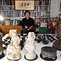 王南雄大師和部份陶瓷、青銅器、硯佛像收藏合影