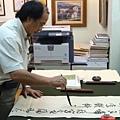 台灣少數身兼油畫家與書法家的許宜家,正專注揮毫創作