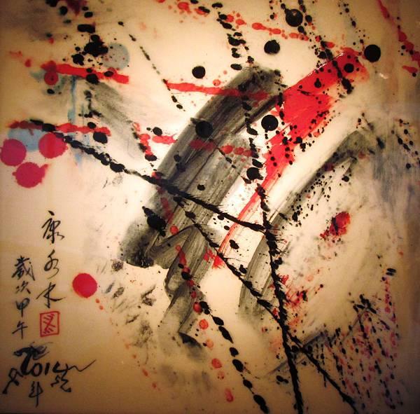 康水木的陶藝彩繪風格抽象,又頗為豪放不羈