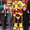 霹靂旗下的偶動漫公司傅總經理、總導演黃強華、總監製黃文擇與《奇人密碼》劇中角色「阿西」合影 (偶動漫娛樂 提供)