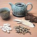 廖婉絨中醫師提供消水腫中藥茶飲,幫助大家度過年後的水腫危機。(御美醫提供)