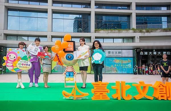 (右起)墨色國際 李雨珊總經理、臺北文創基金會與台灣大哥大基金會 劉麗惠執行長、於慧蘭計畫主持人、檸檬哥哥、泡芙姐姐共同發表於系列文創活動