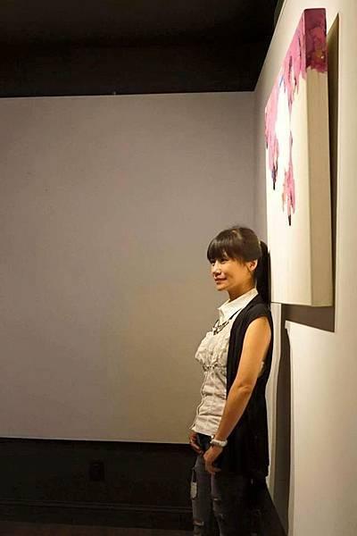 嚴玟鑠2015年於紐約黃氏藝廊Hwang Gallery個展的作品前留影 (攝影提供:嚴玟鑠)