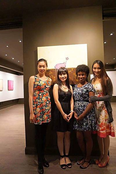 嚴玟鑠2015年於美國紐約市黃氏藝廊Hwang Gallery個展的作品前與當地的愛藝者合影 (提供 嚴玟鑠)