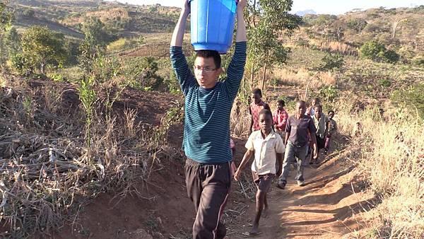 謝睿哲在馬拉威生活66天,融入當地生活環境