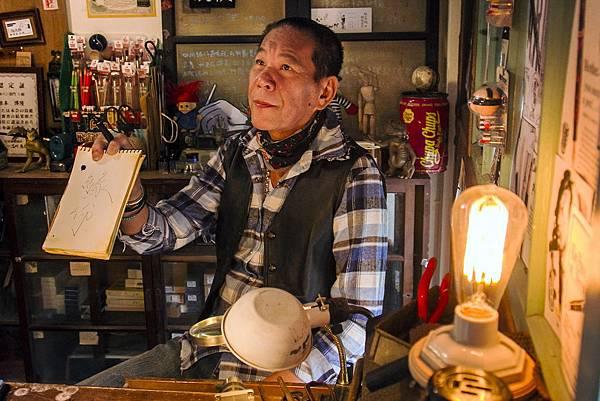 龍劭華《愛情算不算》飾演重聽的鋼筆店老闆,只能筆談,依然魅力十足