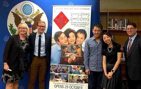 從左至右分別是 美國大使館人員Harvey Sernovitz 監製葉育萍(Michelle)鄭伯昱導演 2位大使館人員