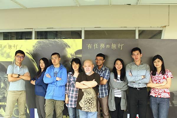 04有任務的旅行林正盛導演與電影中學員合影
