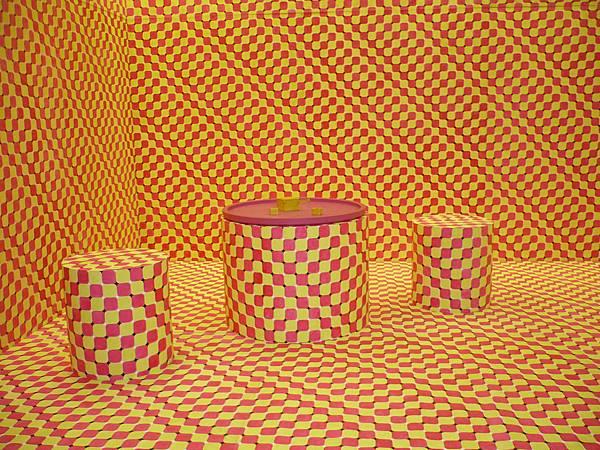 德國藝術家托比亞斯.瑞貝格(Tobias  Rehberger)的裝置作品《世界在湯盤發明之前》,粉黃連續方格圖案爬滿整個空間及桌椅,營造出迷幻的視覺空間—多汁報攝影組