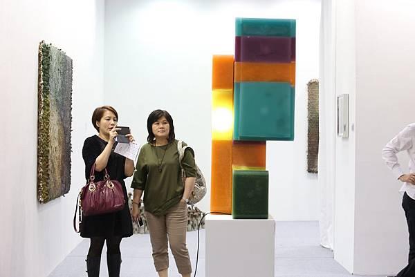 麥勒畫廊帶來Tobias Rehberger的作品,色彩鮮豔吸使人眼睛為之一亮。