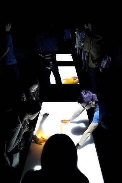 日本藝術家大脇理智互動裝置作品〈Skin slides〉獲得JAGUAR 科技藝術獎百萬首獎(小)