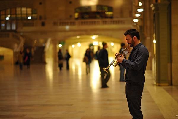 002【紐約愛未眠】劇照_克里斯伊凡吹喇叭遇到困難,被他打趣形容為「動物叫聲」