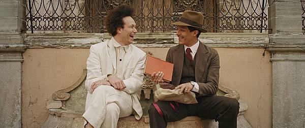 《十日性愛死》描述俄國蒙太奇巨匠愛森斯坦的情慾世界,路易艾伯提(右)展現了他吸引愛森斯坦(艾默貝克 飾)的無上才華