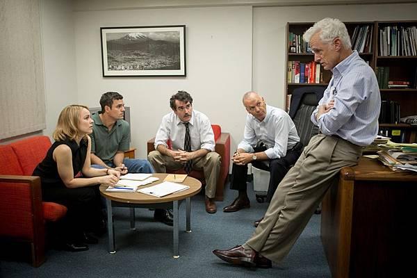 001【驚爆焦點】劇照_本片獲得「美國衛星獎」五項大獎提名,左起瑞秋麥亞當斯、馬克盧法洛、布萊恩達西詹姆士、米高基頓、約翰斯萊特利