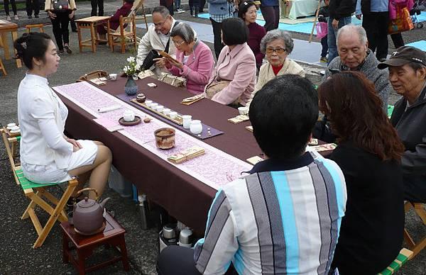 「和平茶話畫會」活動讓參與者在茶香中感到溫暖與平和。--多汁報攝影組