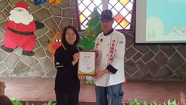 愛心育幼院院長蘇鈺慧頒發感謝狀給桃園創新技術學院