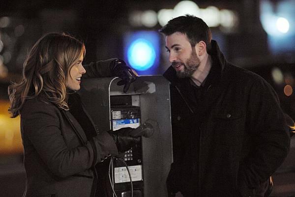 004【紐約愛未眠】劇照_克里斯伊凡(右)與艾莉絲伊芙(左)在電話亭前大玩「時光膠囊」遊戲,跟未來的彼此對話