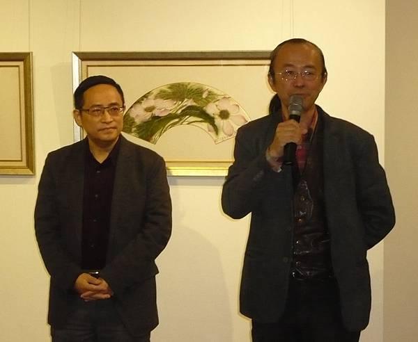 黎畫廊黎耀之總經理(右)介紹曾肅良教授書畫藝術的學術地位—多汁報攝影組