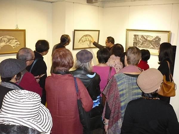 曾肅良教授親自導讀書畫作品,展場擠滿聆聽的來賓—多汁報攝影組