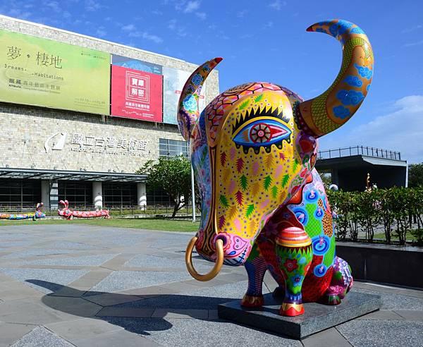 展場_洪易〈牛〉2013,鋼板烤漆、花崗石,220x235x288cm,1080kg