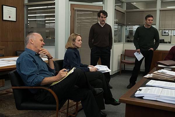 001【驚爆焦點】劇照_本片榮獲美國國家影評人協會獎最佳影片與最佳劇本獎肯定,左起米高基頓、瑞秋麥亞當斯、布萊恩達西詹姆士、馬克盧法洛