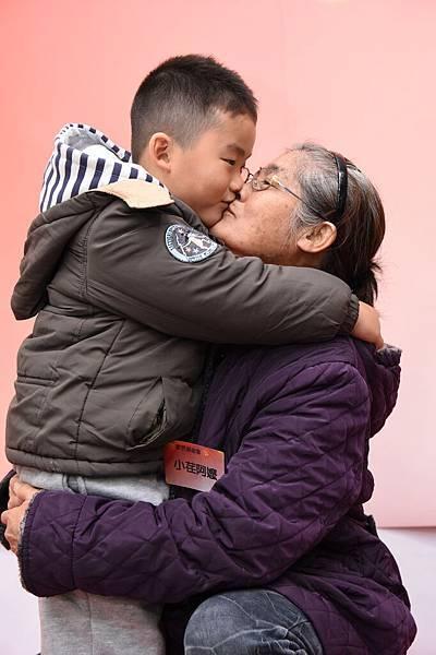 6歲小荏給照顧阿嬤深深一吻,感謝阿嬤辛苦工作養家,總是把好吃的東西給小荏,自己餓著肚子。