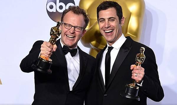 002【驚爆焦點】相關圖片_本片榮獲奧斯卡最佳原創劇本獎肯定,湯姆麥卡錫(左)與賈許辛格(右)共享編劇榮耀(本圖翻攝自網路)