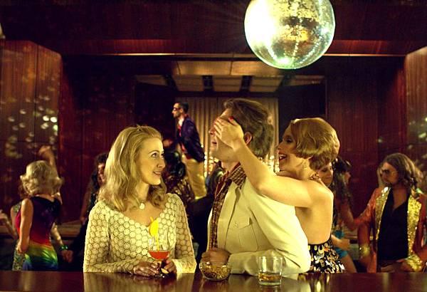 莫妮卡貝瑟(左)在新片《狐仙麗莎煞煞煞》扮演性感輕熟女,接近她的男人卻都會遭到不測