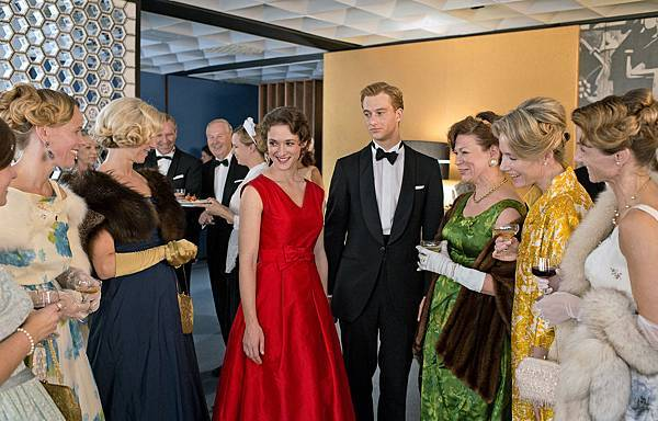 《謊言迷宮》芙麗德莉可貝許特(Friederike Becht)共穿9套華服,成為貴夫人的時尚指標,也象徵德國60年代經濟復甦繁榮。