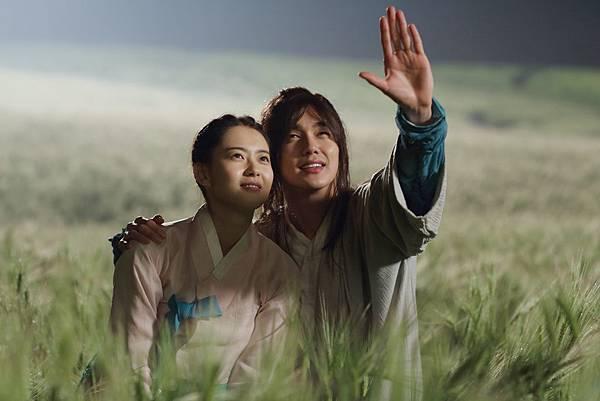 002【情遇魔法師】劇照_童星出身的俞承豪(右)與高雅拉(左),在片中浪漫談愛,演得默契十足