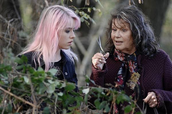 001【享受吧羅馬】劇照_克勞蒂亞卡汀娜(右)飾演男主角的怪咖老媽,與蘿西黛(左)靠一把剪刀瘋狂逃家