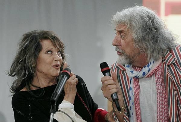 002【享受吧羅馬】劇照_克勞蒂亞卡汀娜(左)與傳奇歌手謝爾夏皮羅(右),在片中有歡樂合唱經典名曲橋段