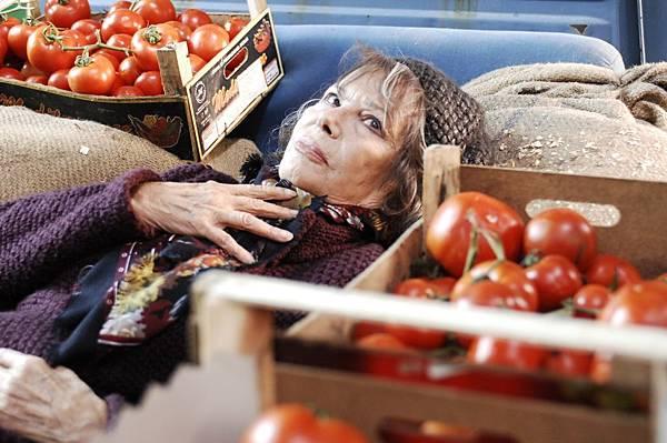 004【享受吧羅馬】劇照_克勞蒂亞卡汀娜有「60年代歐洲性感女神」之稱,這回在片中飾演男主角的怪咖老媽
