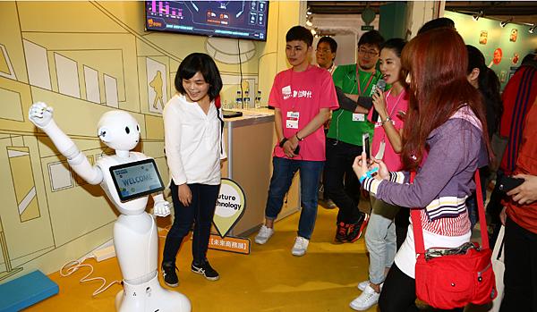 圖說-人型機器人「Pepper」,展區現場首次開放讓民眾近距離與Pepper 親密互動,攝影蔡仁譯