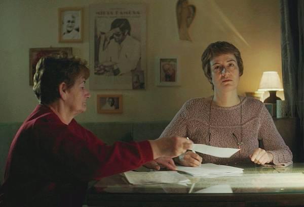 《通靈診療室》影后瑪雅奧斯塔夏絲嘉(右)扮演B咖靈媒扶筆寫字傳遞鬼訊息