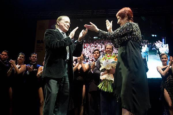 由於電影《探戈情未了》的拍攝,「舞王」胡安卡洛斯寇貝斯(Juan Carlos Copes)與「舞后」瑪莉亞尼維斯(Maria Nieves)兩人相隔15年再次聚首,並在15000人見證下登台表演