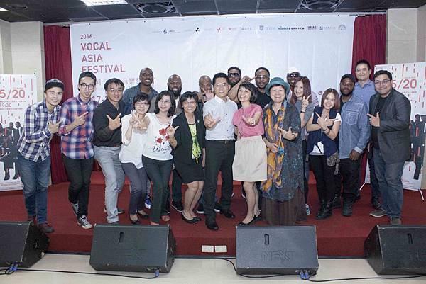 台東縣長黃健庭伉儷(中間)與縣府一級主管連同N7與VocalAsiaFestival主辦方大合影