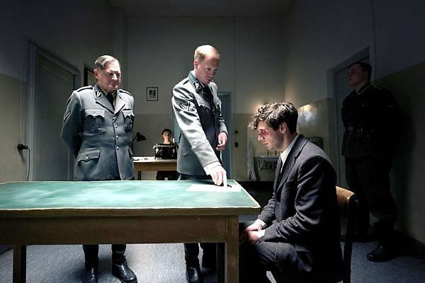 電影《帝國毀滅:關鍵13分鐘》約漢馮布洛(Johann von Bulow)飾演殘酷蓋世太保海因里希穆勒(Heinrich Muller)冷血隊同袍處以極刑。