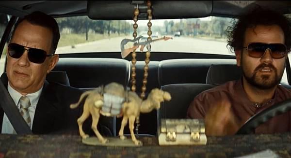 001【梭哈人生】劇照_湯姆漢克斯(左)與亞歷山大布雷克(右)在悶熱的車中拍戲,簡直把兩人給熱壞了