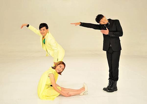 《第27屆金曲獎頒獎典禮》典禮主持人黃子佼及星光大道主持人Dennis和Lulu拍27數字照片-2