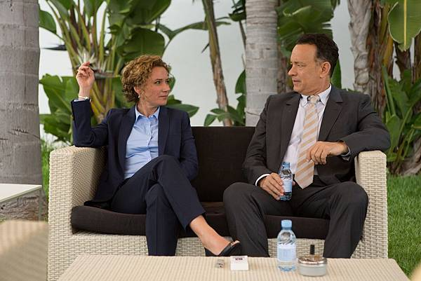 003【梭哈人生】劇照_湯姆漢克斯(右)在中東豔遇不斷,吸引丹麥女業務員(左)主動倒貼