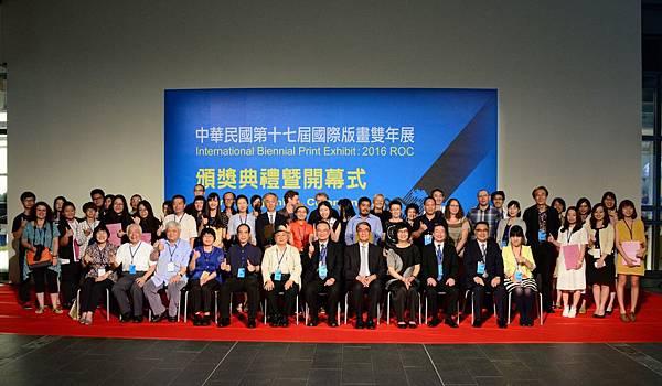 文化部許秋煌次長,國美館蕭宗煌館長(前右五、六)與評審委員、出席得獎者合影